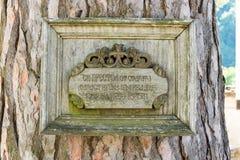 Placa conmemorativa en el árbol sagrado, el monasterio de Troyan en Bulgaria Imagen de archivo libre de regalías