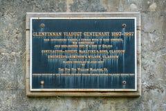 Placa conmemorativa en el viaducto ferroviario de Glenfinnan, en el área de Lochaber de las montañas de Escocia foto de archivo