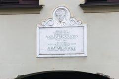 Placa conmemorativa en la casa de Mickiewicz Mickiewicz salió de la casa en Vilna en 1824 Adam Bernard Mickiewicz era poeta polac fotografía de archivo libre de regalías
