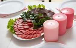 A placa da carne do presunto da salsicha serviu na tabela no restaurante caf imagem de stock