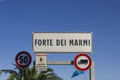 Placa da cidade de Forte dei Marmi em Itália, Toscânia Imagem de Stock Royalty Free