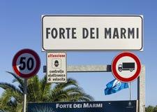 Placa da cidade de Forte dei Marmi em Itália, Toscânia Foto de Stock