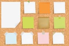 Placa da cortiça com notas Imagens de Stock Royalty Free