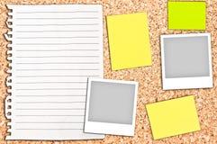 Placa da cortiça com a página branca e notas vazias Fotografia de Stock Royalty Free