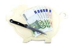 Placa da cozinha, faca de cozinha e dinheiro Foto de Stock Royalty Free