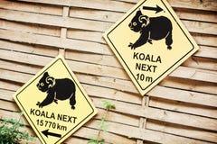 Placa da informação com a inscrição sobre a coala no JARDIM ZOOLÓGICO Imagens de Stock Royalty Free