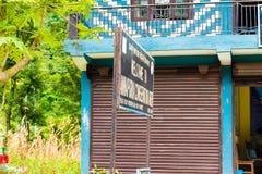 Placa da informação na entrada na área da conservação de Annapurna, Nepal fotografia de stock royalty free