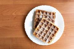 Placa da madeira dos waffles belgas foto de stock royalty free