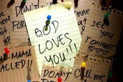 A placa da mensagem ou do lembrete com deus ama-o nota fotografia de stock royalty free