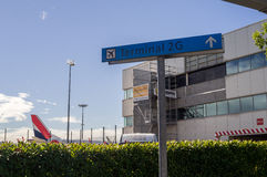 Placa da navegação no aeroporto internacional Paris Imagem de Stock