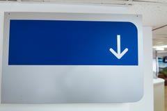 Placa da orientação com para baixo a seta Fotos de Stock