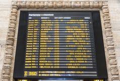 Placa da programação da partida de Milan Central Railway Station, Itália fotografia de stock royalty free