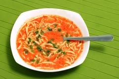 Placa da sopa casa-feita do tomate com macarronetes Fotografia de Stock