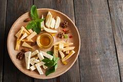 Placa da variedade do queijo na madeira, espaço livre Fotos de Stock Royalty Free