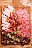 Placa das carnes frias na placa de corte de madeira Imagens de Stock Royalty Free