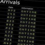 Placa das chegadas do aeroporto fotografia de stock
