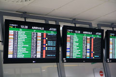 Placa das chegadas do aeroporto fotografia de stock royalty free