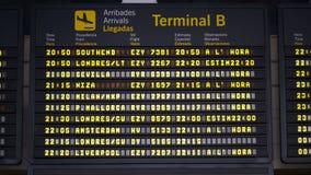 Placa das chegadas do aeroporto internacional filme
