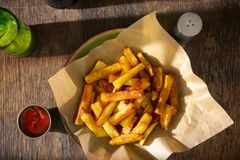 Placa das fritadas com ketchup e vidro da cerveja Imagens de Stock