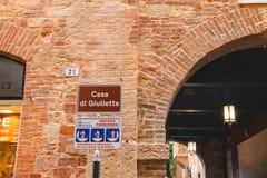 Placa de advertência perto da casa Juliet em Verona, Itália Foto de Stock