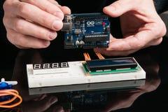 Placa de Arduino UNO com componentes eletrônicos fotografia de stock royalty free