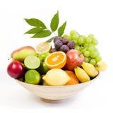 Placa de bambu cheia de frutas frescas Foto de Stock