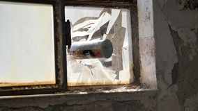 Placa de batida e deixando de funcionar de lata de lata de janela de vidro video estoque