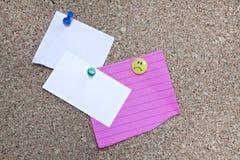 Placa de boletim da cortiça com três notas Fotografia de Stock