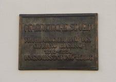 Placa de bronce informativa en la pared de la iglesia parroquial del santo Vitus, Krems, Austria fotos de archivo libres de regalías