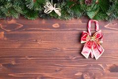 Placa de Brown com agulhas e brinquedos do Natal dos cones e Natal Imagens de Stock Royalty Free