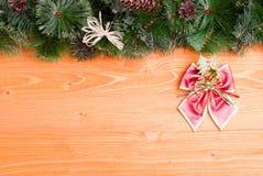 Placa de Brown com agulhas e brinquedos do Natal dos cones e Natal Imagem de Stock