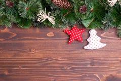 Placa de Brown com agulhas e brinquedos do Natal dos cones e Natal Foto de Stock Royalty Free