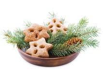 Placa de Brown com ramos do abeto e biscoitos isolados no fundo branco Foto de Stock