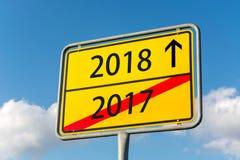 Placa de calle amarilla con el año 2018 a continuación 2017 que se van detrás Imágenes de archivo libres de regalías