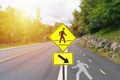 Placa de calle amarilla que muestra la trayectoria peatonal fotos de archivo