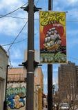 Placa de calle colorida en la lámpara en Ellum profundo, Dallas, Tejas Imagen de archivo