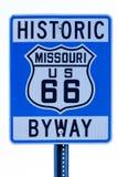 Placa de calle con la ruta 66 en Missouri foto de archivo libre de regalías
