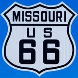 Placa de calle con la ruta 66 en Missouri fotos de archivo