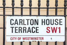 Placa de calle de Carlton House Terrace en la ciudad de Westminster en Londres central Imagen de archivo libre de regalías