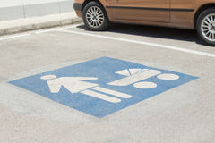 Placa de calle del estacionamiento - reservada para las madres con los niños Fotos de archivo