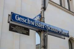 Placa de calle del Geschwister-Scholl-Platz en Munich, Alemania, Fotos de archivo