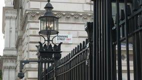 Placa de calle en Downing Street en Londres metrajes