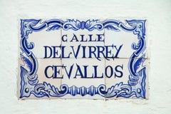 Placa de calle en una pared de piedra en el del Sacramento, Uruguay de Colonia imagenes de archivo