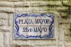 Placa de calle en una pared de piedra en el del Sacramento, Uruguay de Colonia imagen de archivo