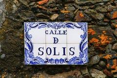 Placa de calle en una pared de piedra en el del Sacramento, Uruguay de Colonia foto de archivo libre de regalías