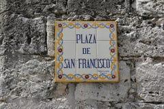 Placa de calle en una pared de piedra gris en La Habana, Cuba foto de archivo