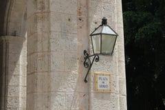 Placa de calle en una pared de piedra gris en La Habana, Cuba fotografía de archivo libre de regalías
