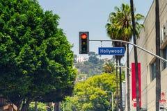 Placa de calle de Hollywood Boulevard y semáforo imagen de archivo libre de regalías
