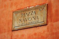 Placa de calle la plaza Navona en Roma Fotos de archivo libres de regalías