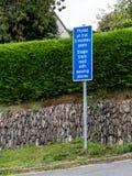 Placa de calle de la sola pista en Galés e inglés Imagen de archivo libre de regalías